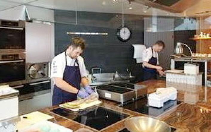 Davidsen og Werkland i gang på treningskjøkkenet i Frankrike. (Foto: Bocuse d'Or Norge)
