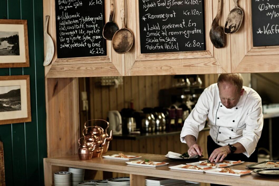 Servering på Hindsæter Hotell, Sjodalen. (Foto: Tina Stafrèn/Visitnorway.com)