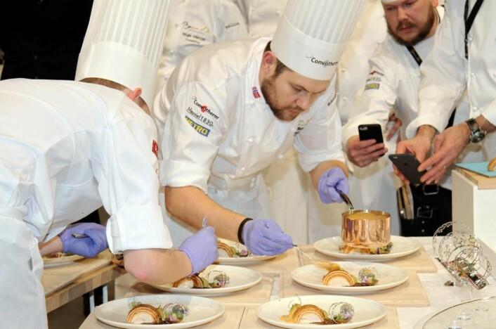 Sausen må på før kyllingretten serveres juryen. (Foto: Morten Holt)