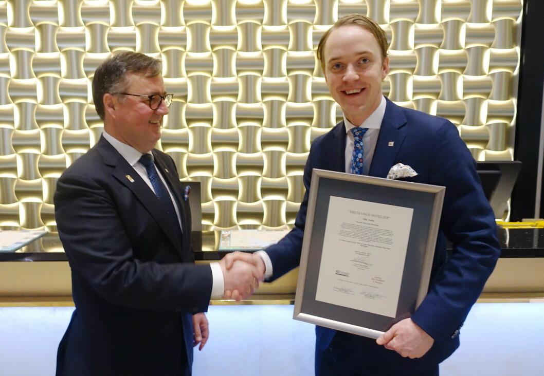 Juryleder og konserndirektør i Thon Hotels, Morten Thorvaldsen, sammen med vinneren av Årets unge hotelier, Olle Aulin, som er hotelldirektør på Thon Hotel Stavanger.