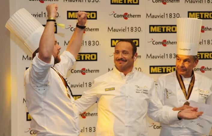 Regis Marcon (til høyre), vinneren av Bocuse d'Or i 1995, og som teamet til Christopher Davidsen har trent hos den siste uka før konkurransen, trakk opp konviolutten som viste at Norge har tatt sølv i Bocuse d'Or 2017. (Foto: Morten Holt)