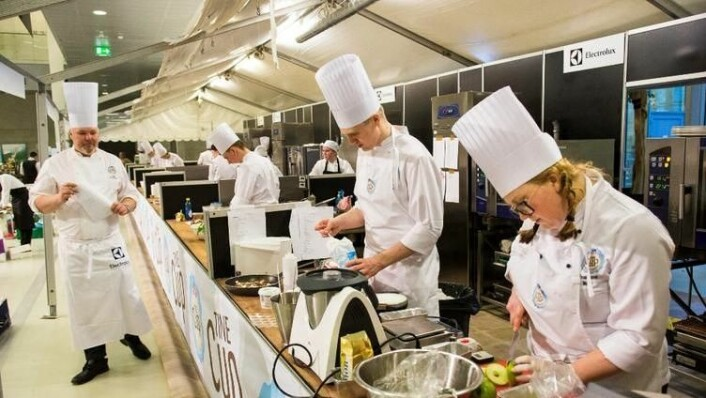 Kokker fra Nannestad videregående skole i aksjon på TineCup. Til venstre kokk Pål Jetmundsen hos Tine Partner. (Foto: Nannestad videregående skole)