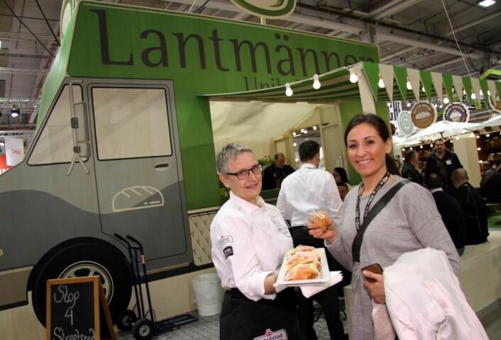 Liv Erna Amundsen Lantmännen Unibake serverer Tanja H. Neefjes fra Enterprise Estonia. (Foto: Morten Holt)