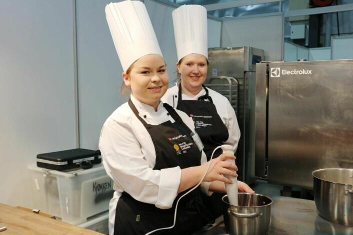 Kamilla Meyer Hollevik og Camilla Bøe deltar i dag i NM for ernæringskokklærlinger på Smak 2017. Meyer Hollervik representerer Lovisenberg diakonale sykehus, mens Bøe arbeider på Silurveien sykehjem. (Foto: Heidi Fjelland)