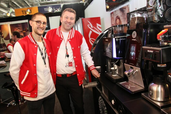 Julian Stolanowski og Christian Edwardsen hos Coca Cola serverer Chaqwa-kaffe til kaffetørste forbipasserende. (Foto: Morten Holt)