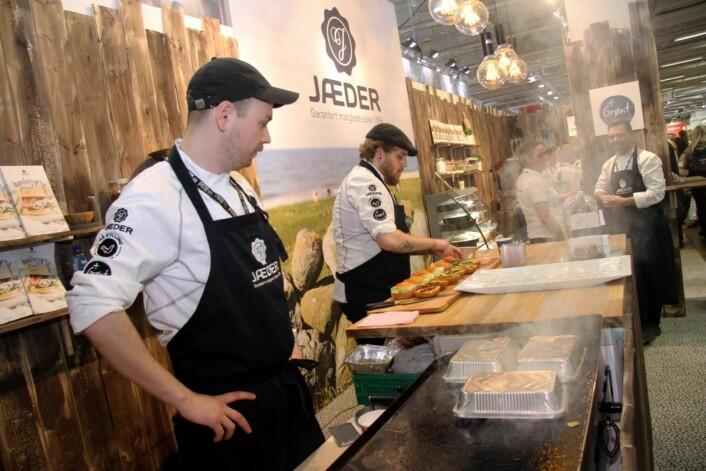 Lukten av nystekte hamburgere bredte seg rundt Jæders stand i formiddagstiimene. (Foto: Morten Holt)