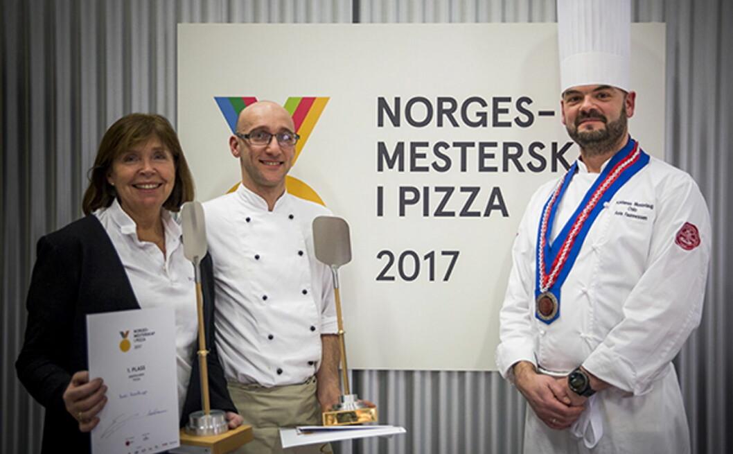 De to NM-vinnerne i pizza, Bodil Hasselknippe og Elio Corsi, sammen med oldermann i Oslo-lauget, Asle Faannessen. (Foto: Ihne Pedersen)