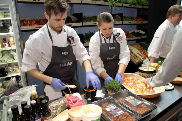 Ruben Abrahamsen og Torunn Mekiassen serverer på Bama Storkjøkkens stand. (Foto: Morten Holt)