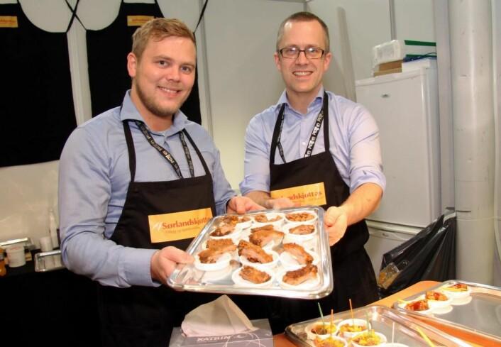 Sørlandskjøtt fra Kristiansand deltar for første gang på Smak-messen. Thomas Drangsholt (til venstre) og Magnus Tregde byr på smaksprøver. (Foto: Morten Holt)