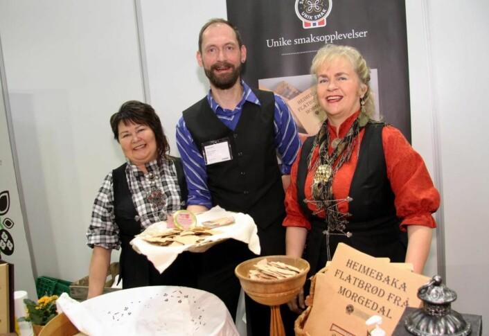 Skreppa AS fra Morgedal, som blant annet byr på flatbrød, er en av utstillerne på Lokalmat-standen. Fra venstre Anne-Lise Haugestøl, daglig leder Halvor Nordahl og Inger Marie Bakås. (Foto: Morten Holt)