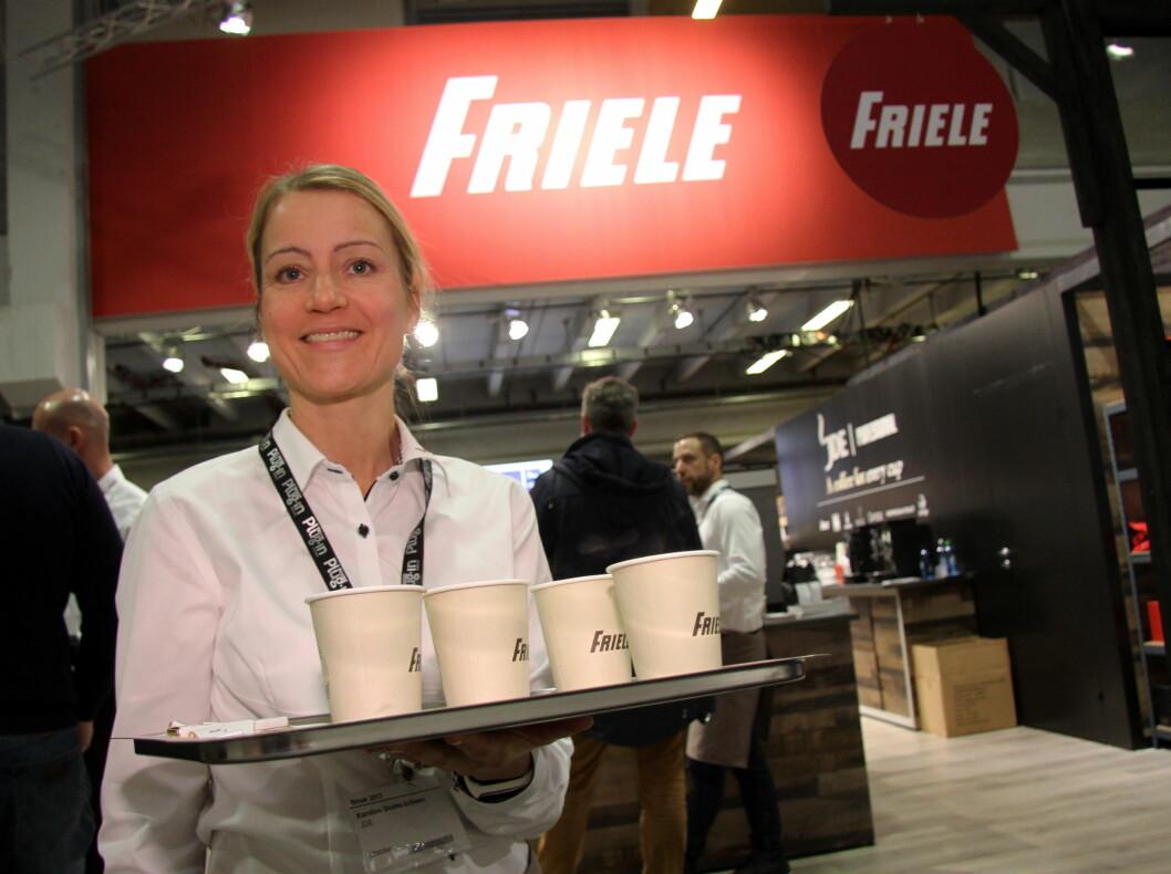 Karoline Skotte-Eriksen byr på Friele frokostkaffe på morgenkvisten på Smak 2017 på Norges Varemesse. (Foto: Morten Holt)