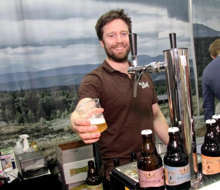 Kristian Belsheim hos bryggeriet Små Vesen i Aurdal i Valdres serverer øl på Smak 2017. (Foto: Morten Holt)