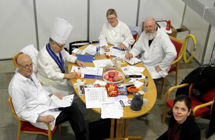 """Dommerne i NM i maskinoppvask gjør sine vurderinger på """"bakrommet"""". (Foto: Morten Holt)"""