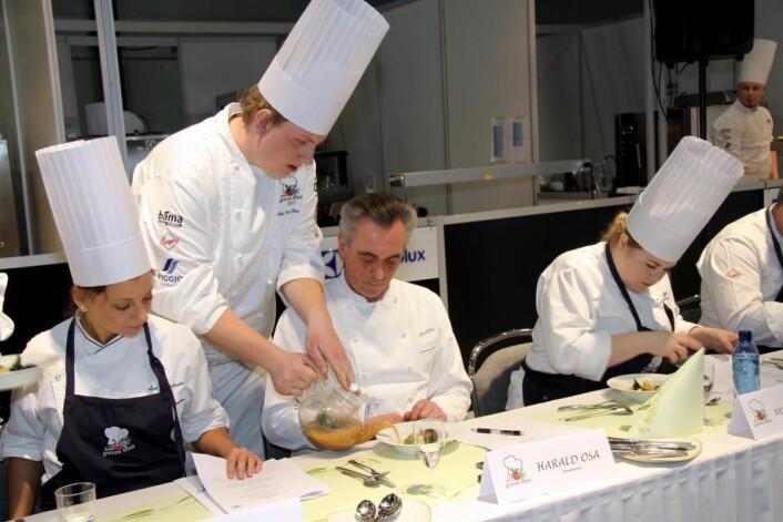 Odd Ivar Haglund fra Brasserie Fengslet serverer saus til hoveddommer Harald Osa. Til venstre Lise Finckenhagen og til høyre Reneé Fagerhøi. (Foto: Morten Holt)