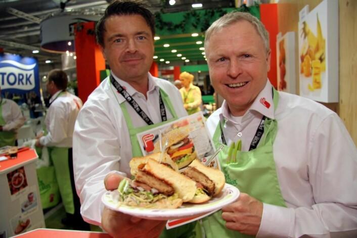 Vegetar og kjøttfritt på menyen hos Findus. Terje Gussiås og Bent Enoksen viser fra Quorn-burgeren. Les mer om Findus' produkter i neste utgave av magasinet Horeca. (Foto: Morten Holt)