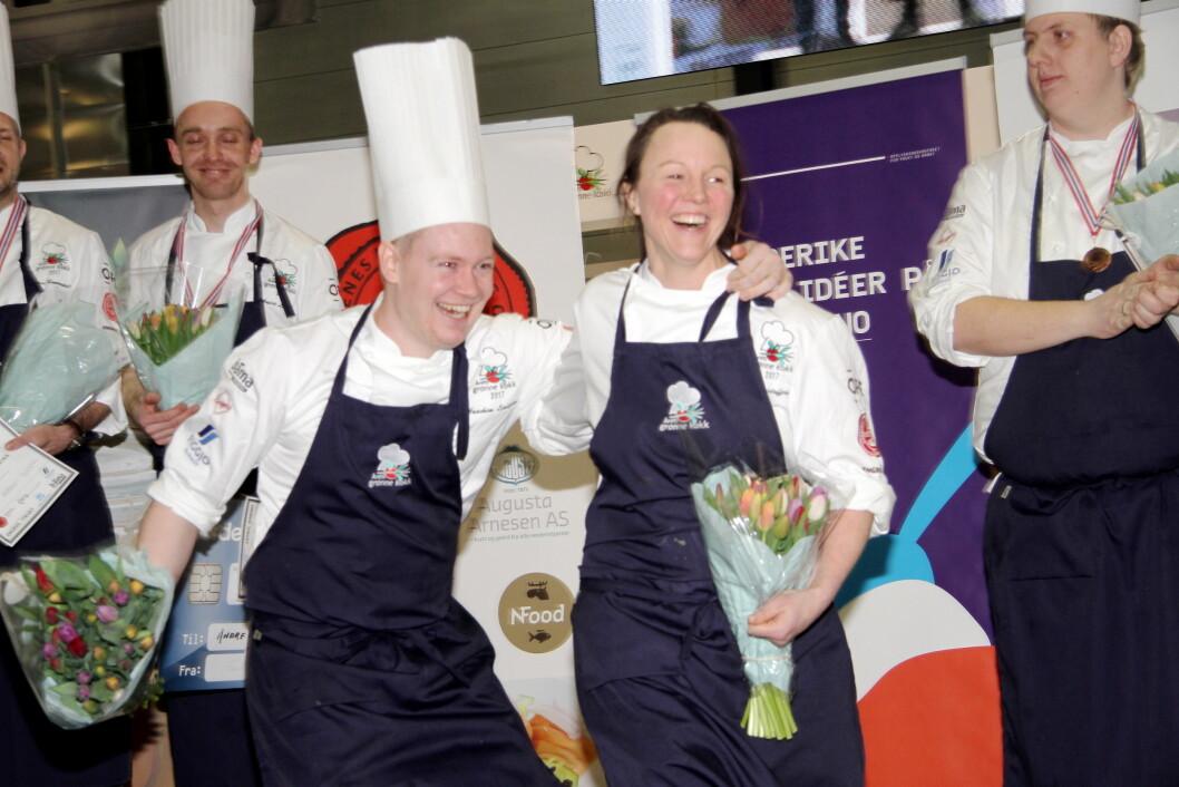 Så glade var Statholderkokkene Nina Kristoffersen og Joachim Lindgren da de vant Årets grønne kokk 2017 i fredag. (Foto: Morten Holt)