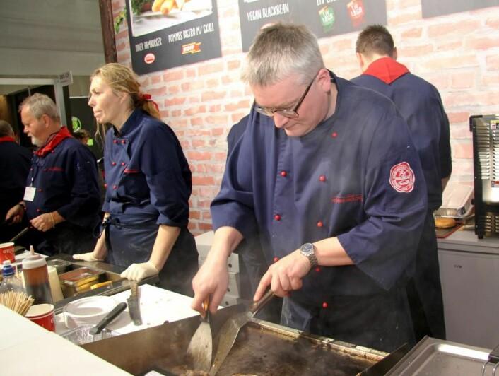 Jarle Brandsdal hos Norsk Storhusholdning tilbereder og serverer Philly Steak, som er blitt en hit på Smak 2017. (Foto: Morten Holt)