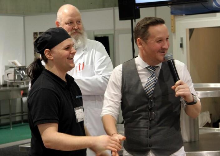 Vinneren av NM av maskinoppvask, Ketil Andreassen, har akkurat fått beskjeden. Konferansier Thomas Leikvoll til høyre. (Foto: Morten Holt)