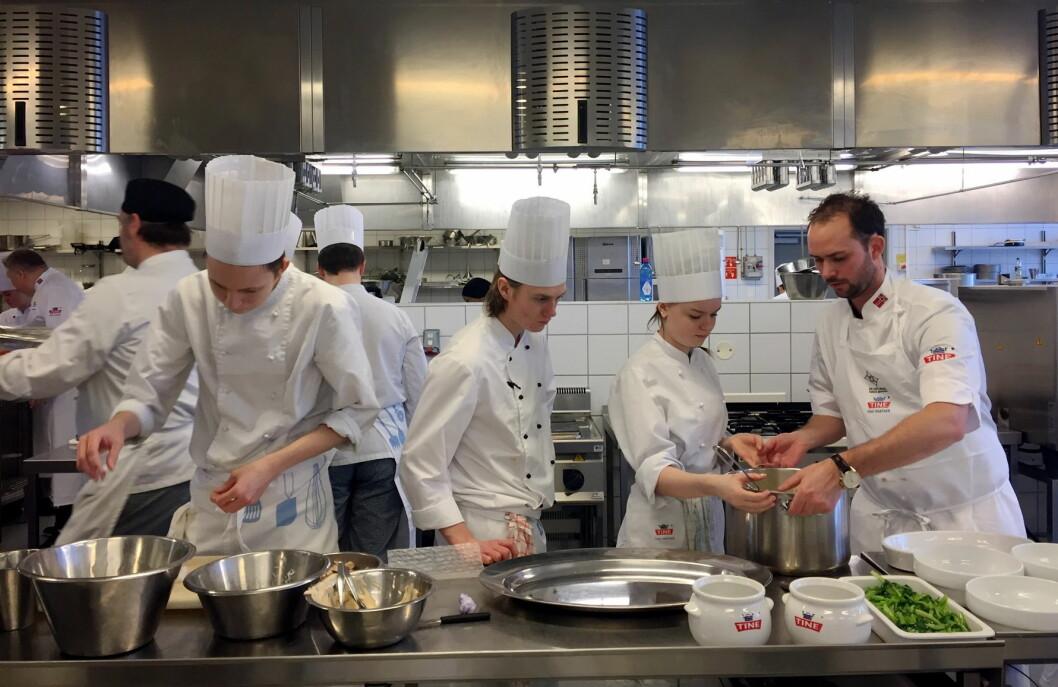 Elevene fra Nannestad videregående skole og Ørjan Johannessen er i gang med lunsjen. (Foto: Janne Sandvik)