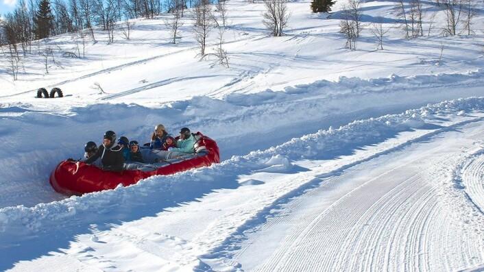 Beitostølen har et rikt opplevelses- og aktivitetstilbud i vinterferieukene. Her ses snørafting ovenfor alpinanlegget i Beitostølen sentrum. (Arkivfoto: DestinasjonsKirurgene)