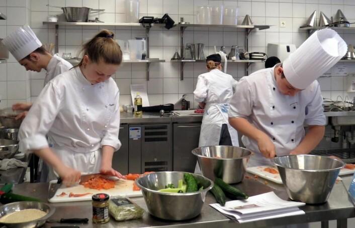 Kayleigh og Sondre på Nannestad videregående skole tilbereder laksen. (Foto: Janne Sandvik)