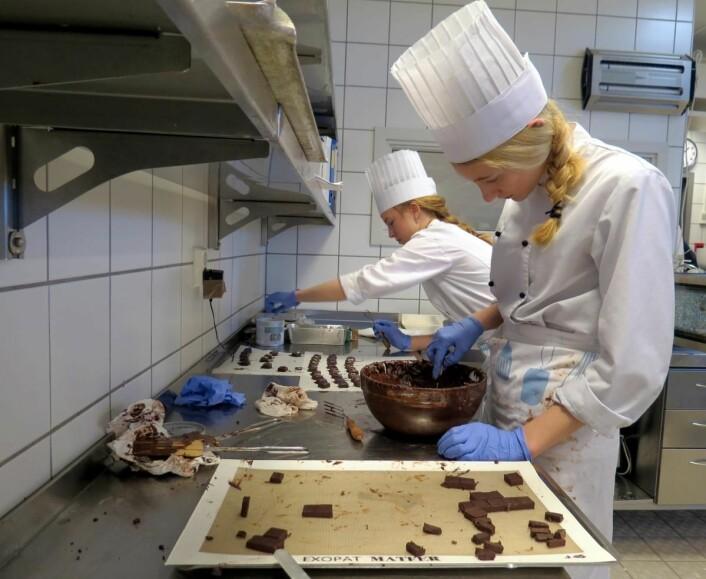 Amalie og Sigrid forbereder den spennende sjokoladekonfekten til gjestene. (Foto: Janne Sandvik)