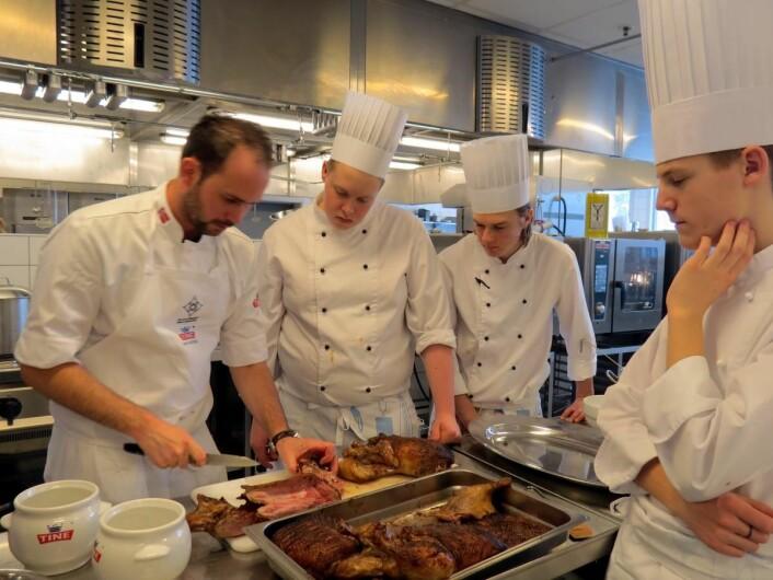Philip, Markus og Øyvind følger nøye med på mesterkokk Ørjan Johannessen når anderetten tilberedes. (Foto: Janne Sandvik)