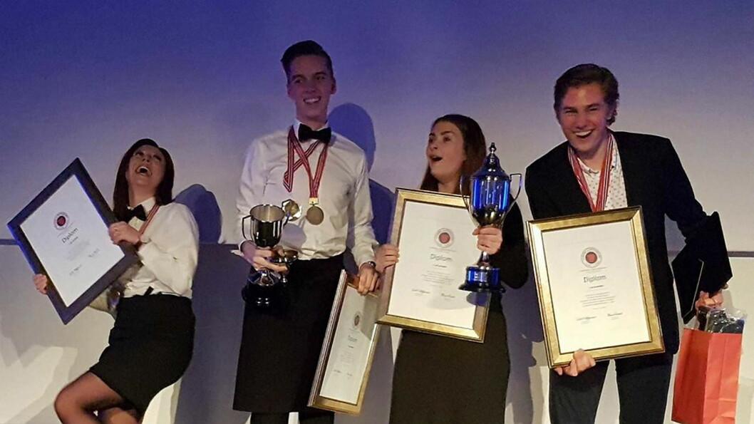 Så glad blir man av å vinne Norgescup for kokk- og servitørlærlinger. Fra venstre Maria Suarez (servitørlærling), Andreas Gøbel (servitørlærling), Runa Kvendseth (kokkelærling) og Tord Johnsæter (kokkelærling) - alle fra Statholdergaarden. (Foto: NHO Reiseliv)