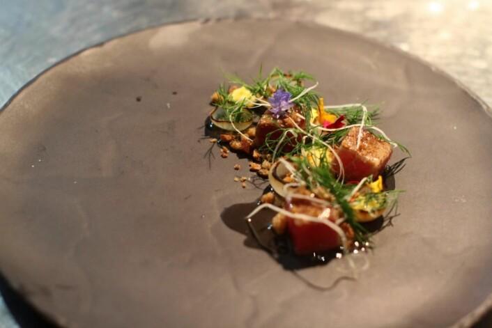 Kjartan Skjelde serverte blant annet lokal tunfisktartar med pepperrot. (Foto: Inger Johanne Stenberg)