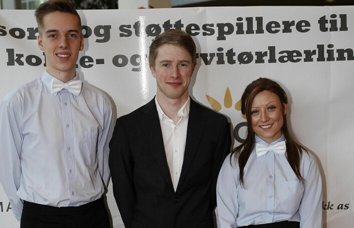 Maria Suarez og Andreas Gøbel fra Statholdergaarden vant Norgescup for servitørlærlinger 2017. Her sammen med lagleder Jan Morten Gjesdal.