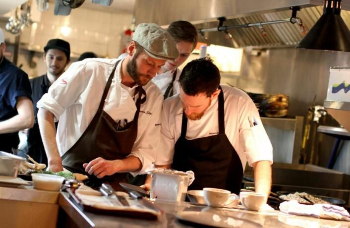 Kjartan Skjelde sammen med kjøkkensjef på Chez Victoire, Alexander Gosselin. (Foto: Inger Johanne Stenberg)