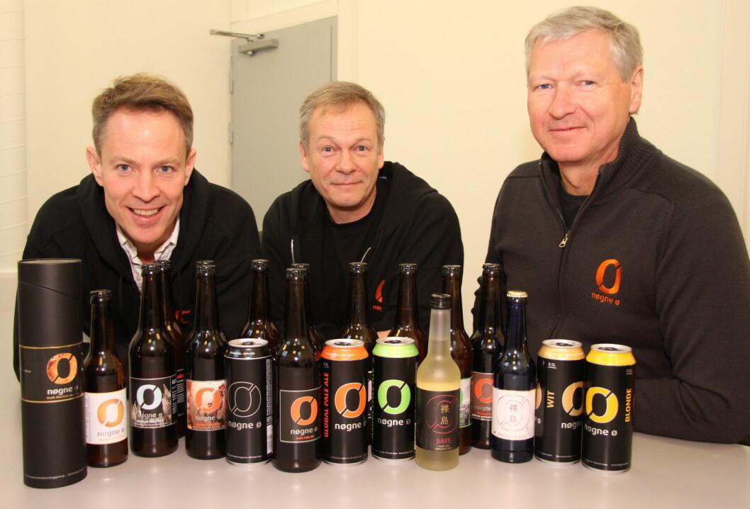 Sverre Orm Øverland (til venstre) tar onsdag 1. mars over som daglig leder for bryggeriet Nøgne Ø etter Tore Nybø (til høyre). I midten markedssjef Tom Young. (Foto: Morten Holt)