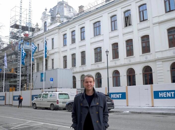 Peter A. Gjerde foran Britannia Hotel, som nå restaiureres.
