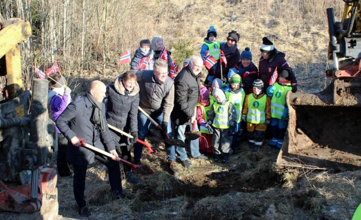 Det første spadetaket ble tatt mandag 6. mars. Om 16 måneder skal hotellet i Eidsberg kommune være klar for å ta imot de første gjestene. (Foto: Cato W. Gustavson)
