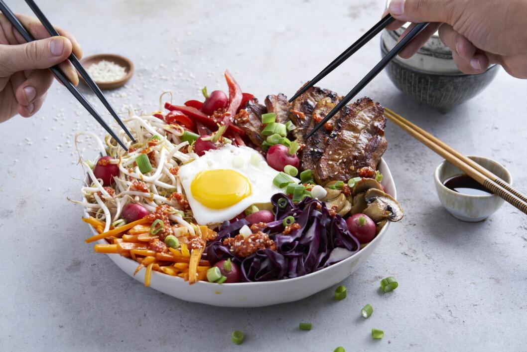 Bibimbap betyr blandet ris, her toppet med grønnsaker, egg og kjøtt. (Foto: Matprat)