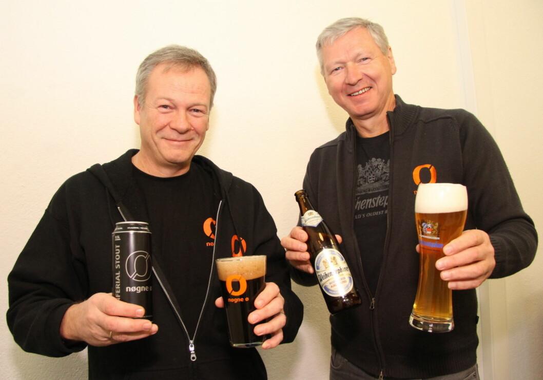 Tom Young og Tore Nybø med to av Nøgne Ø sine alkoholfrie storselgere, Inferial Stout til venstre og det tyske Weihenstephaner Hefeweissbier til høyre.