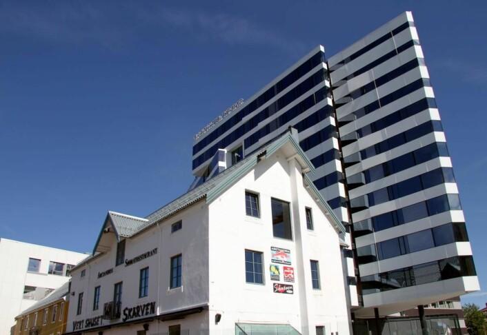 Clarion Hotel The Edge ligger på kaikanten i Tromsø, med Vertshuset Skarven som nærmeste nabo. (Foto: Morten Holt)