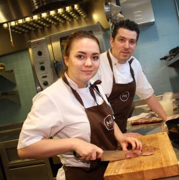 <em>Gunnar Jensen sammen med kokkelærling Elise Lorentsen i Mathallen Tromsø</em>. (Foto: Morten&nbsp; Holt)