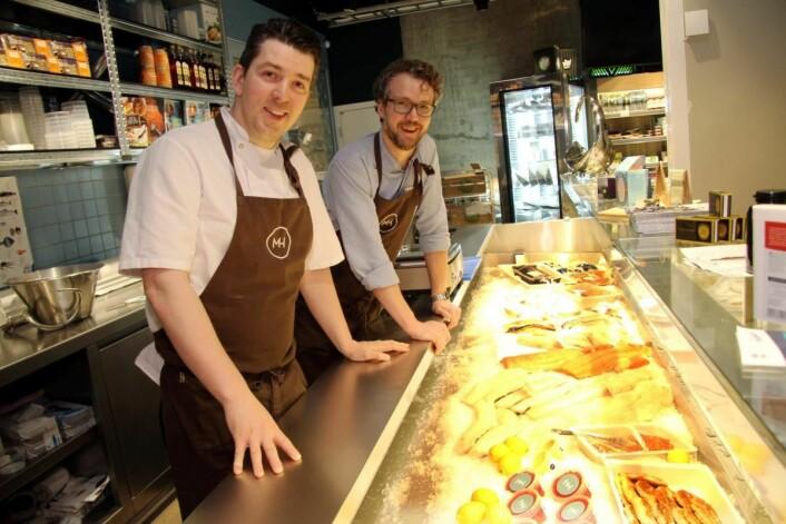 Kjøkkensjef Gunnar Jensen og daglig leder John-Fredrik Solberg i delikatessebutikken i Mathallen Tromsø. (Foto: Morten Holt)