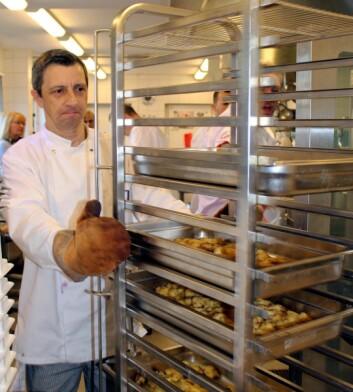 <em>Kokken Kosta Petrovic tar gnochi ut av ovnen. (Foto: Janne Sandvik)</em>