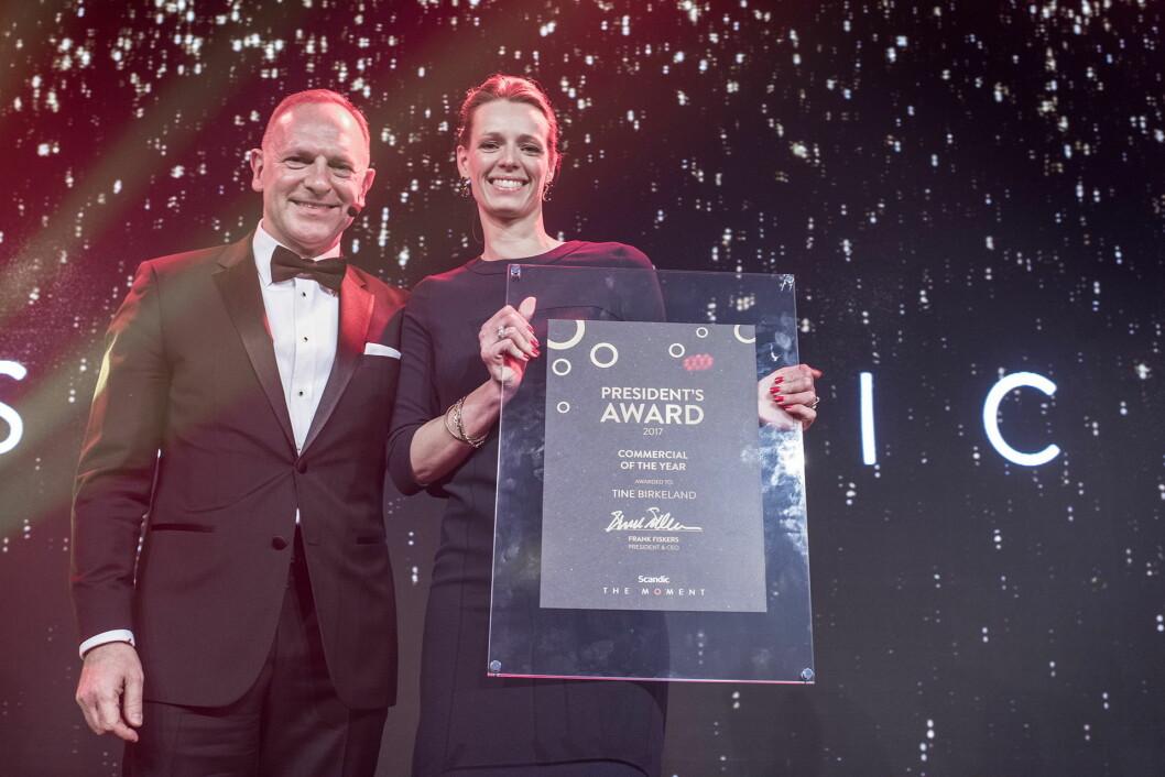 Tine Birkeland med prisen og Scandics konsernsjef Frank Fiskers. (Foto: Scandic Hotels)
