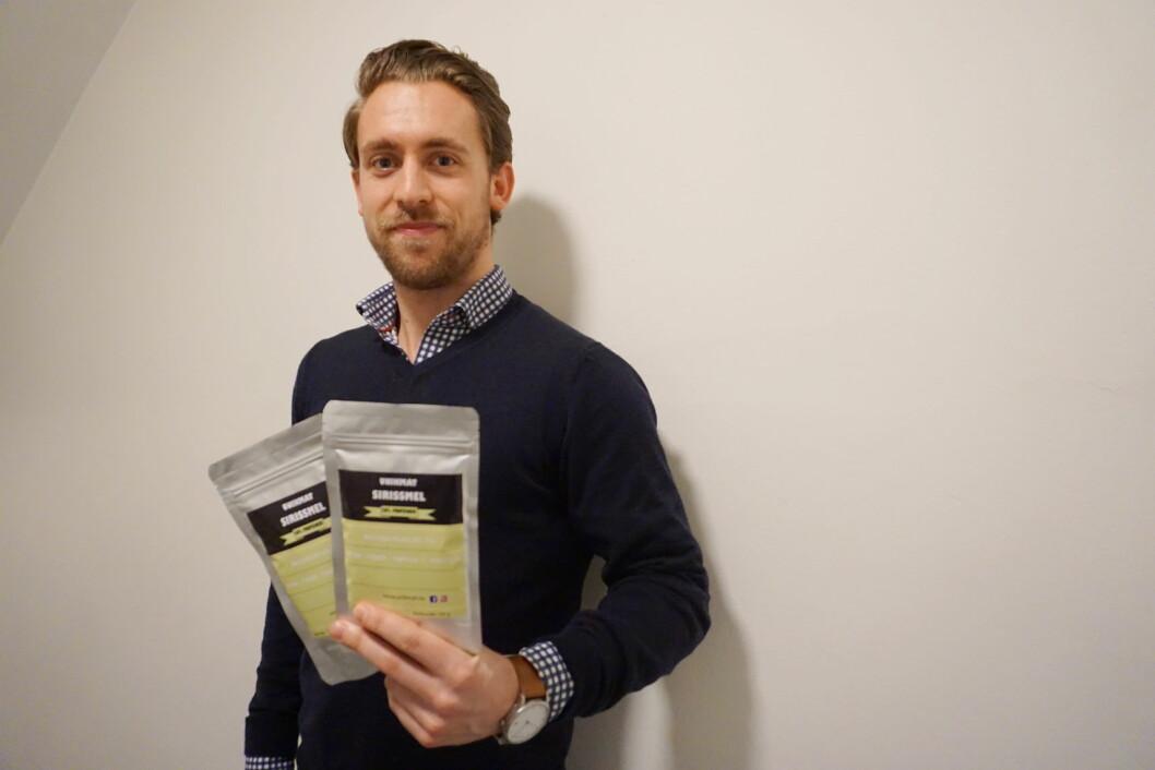Nicolai N. Hagelien med sirissmelet, som firmat UnikMat har lansert. (Foto: Privat)