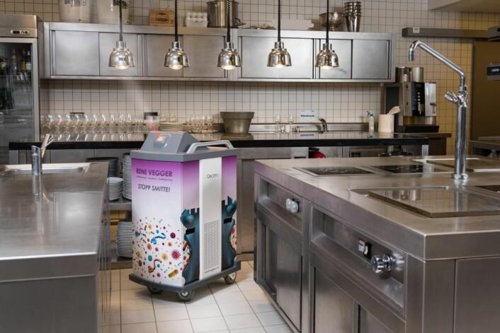 Desinfeksjon sammen med gode rutiner sikrer optimal kjøkkenhygiene. (Foto: Peder Klingwall/Vizpro)