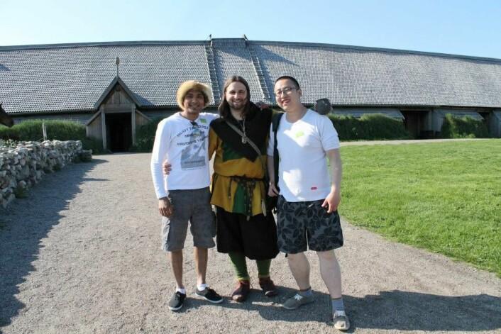 Tre av dem som tidligere har deltatt på studiet, deriblant tyske Daniel Gora, her ved Lofotr Vikingmuseum i Lofoten.
