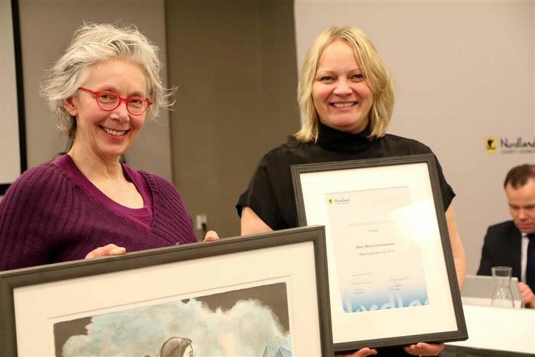 Ellen Marie Hansteensen (til venstre) fikk prisen overlevert av fylkesråd Mona Fagerås. (Foto: Susanne Forsland)
