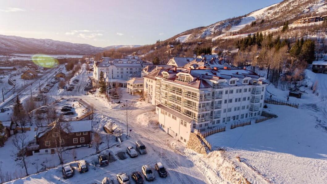Det nærmeste bygget er det nye leilighetskomplekset tilknyttet Dr. Holms Hotel. Komplekset er på cirka 4800 kvadratmeter, inkludert to parkeringsdekker på totalt 1500 kvadratmeter.