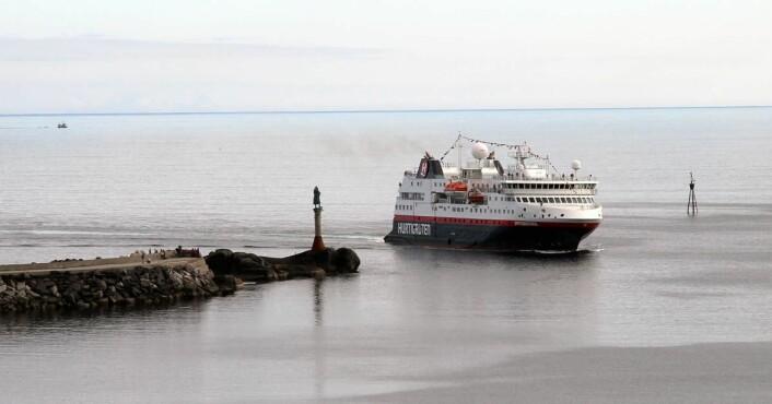 Hurtigruteskipet Spisbergen på vei inn til Svolvær. (Foto: Morten Holt)