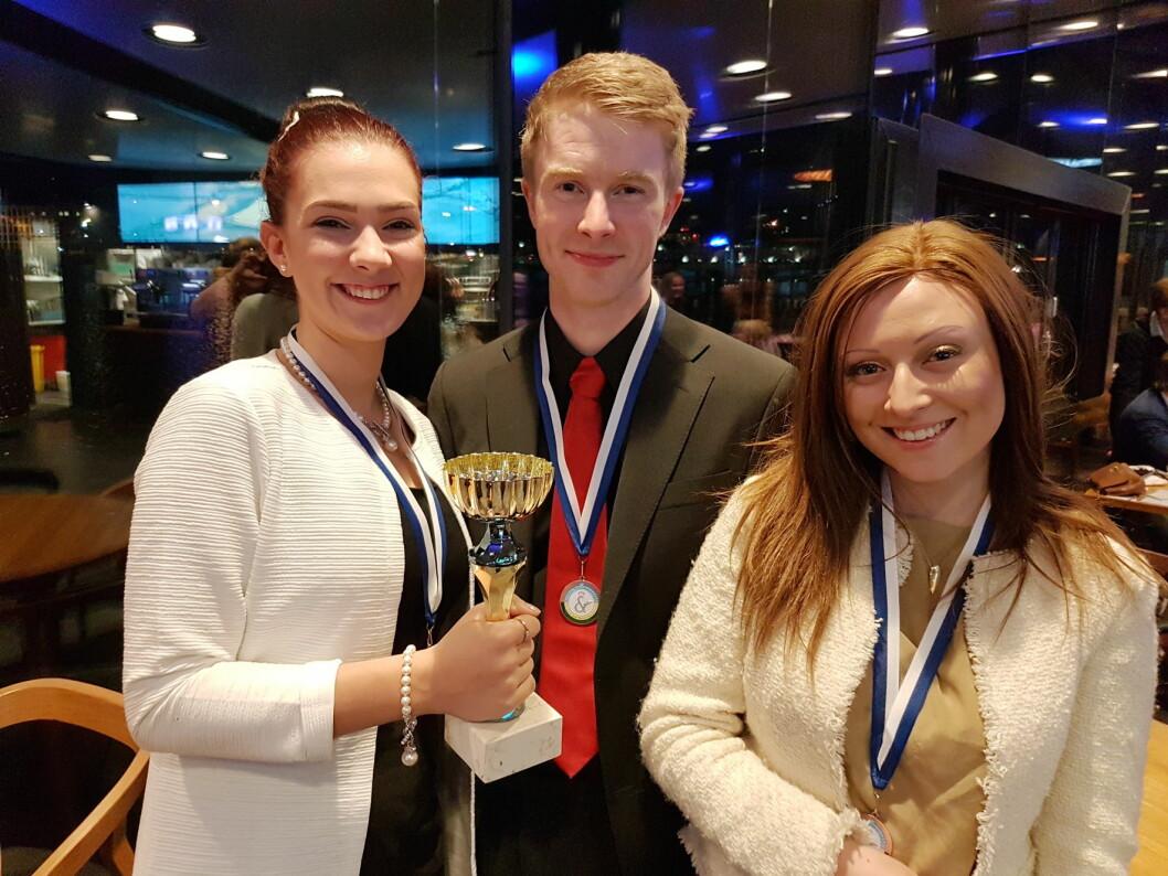 Servitørlærlingene Maria Moldver (til venstre) og Maria Suarez, støttet frem av lagleder Jan Morten Gjesdal. (Foto: NHO Reiseliv)