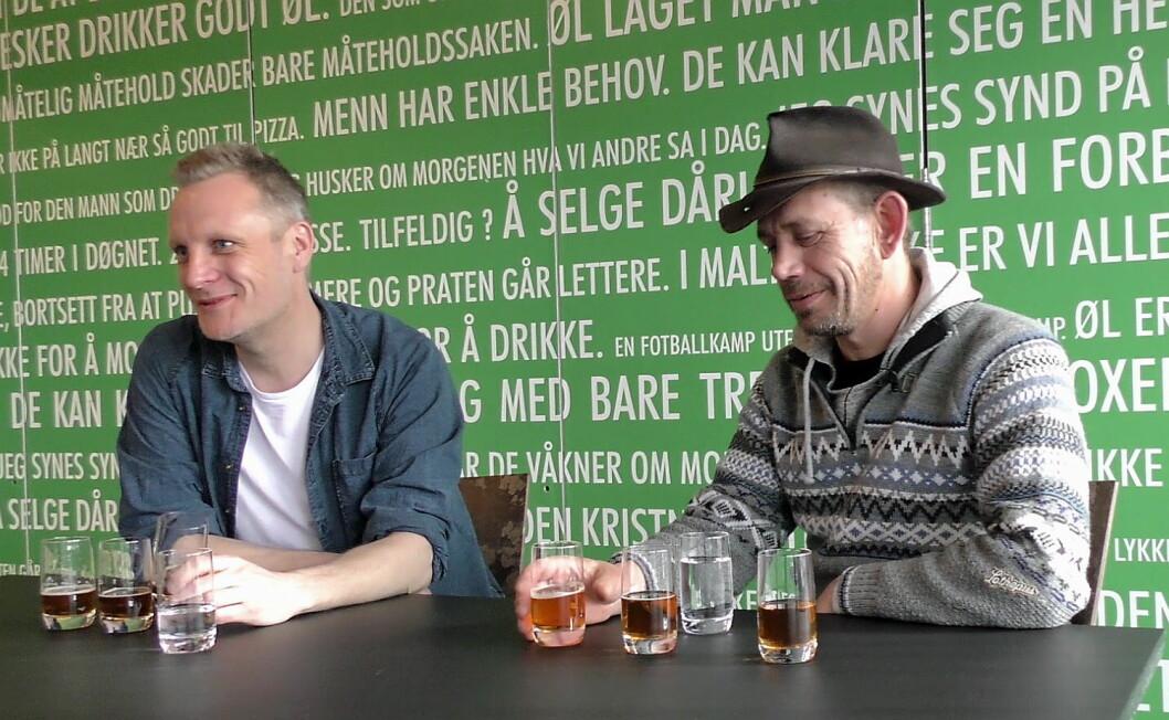 Leif Einar Lothe skal være med å utvikle ølet, godkjenne smak og bidra i utviklingen av design. Her sitter han sammen med bryggerimester Carl Erik Sæther og smaker på ulike øl for å bli enige om hva som skal bli samarbeidsølet.