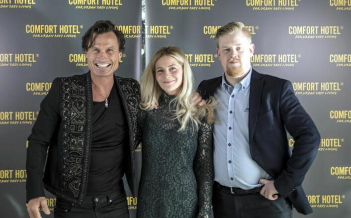 Hotelldirektør Erlend Fardal Lunde (til høyre), sammen med resepsjonssjef Maria L. Karlsen og Petter A. Stordalen under åpningen. (Foto: Jon Klasbu)